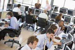 繁忙的办公室股票交易商查阅 库存照片