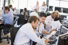 繁忙的办公室股票交易商查阅 图库摄影