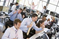 繁忙的办公室股票交易商查阅 库存图片