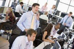繁忙的办公室股票交易商查阅 免版税库存照片