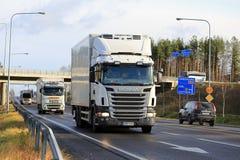 繁忙的卡车交通 免版税库存照片