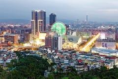 繁忙的台北市空中全景在微明下有看法巨型弗累斯大转轮Dazhi商业区和台北101在d 免版税库存图片