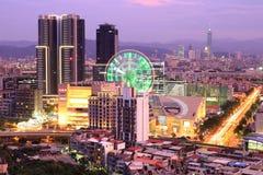繁忙的台北市空中全景,台湾的首都在玫瑰色黄昏的一个浪漫晚上有弗累斯大转轮的看法 库存图片