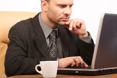 繁忙的商业他的膝上型计算机人 免版税库存照片
