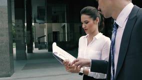 繁忙的商人在他们的途中工作谈论项目 股票录像