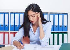 繁忙的土耳其女实业家在办公室 免版税库存图片