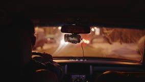 繁忙的城市看法evevning的从移动的汽车通过肮脏的挡风玻璃 股票视频