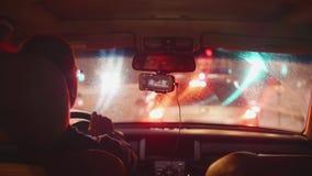 繁忙的城市看法evevning的从移动的汽车通过肮脏的挡风玻璃 股票录像