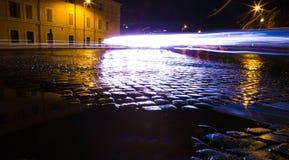 繁忙的夜间鹅卵石街道在罗马,意大利 免版税库存图片