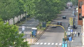 繁忙的大道时间间隔与车、公共交通和步行者的 影视素材
