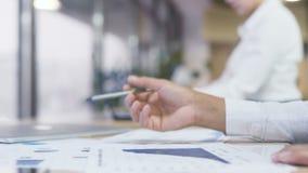 繁忙的女商人评估报告和图,竞选总部 股票录像