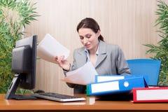 繁忙的女实业家在重音下的办公室 免版税库存图片
