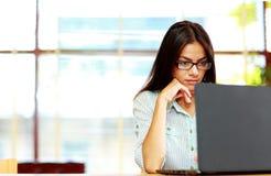繁忙的女实业家工作画象  免版税库存图片
