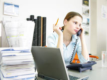 繁忙的妇女年轻人 免版税库存照片