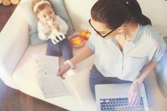 繁忙的妈咪和她的女儿的顶视图图片 免版税库存照片