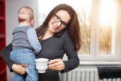 繁忙的妈妈 免版税库存图片