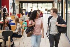 繁忙的学院校园共同区域有学生的 免版税库存照片