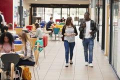繁忙的学院校园共同区域有学生的 免版税库存图片