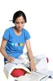 繁忙的完成的女孩她的家庭作业印地& 免版税库存图片