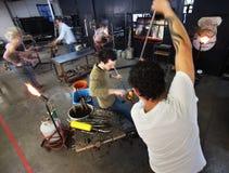 繁忙的玻璃工厂劳工 库存图片