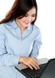 繁忙的少妇与膝上型计算机一起使用 免版税图库摄影