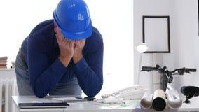 繁忙的工程师分析生气担心并且辜负了一个建筑项目 股票视频