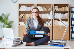 繁忙的恼怒的女实业家坐书桌在办公室 免版税库存照片