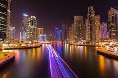 繁忙的散步和海湾在迪拜小游艇船坞在晚上,迪拜,阿联酋 免版税图库摄影