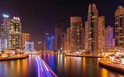 繁忙的散步和海湾在迪拜小游艇船坞在晚上,迪拜, 免版税库存照片