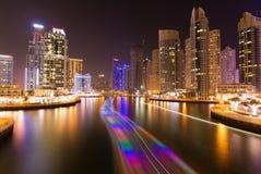 繁忙的散步和海湾在迪拜小游艇船坞在晚上,迪拜, 图库摄影