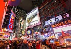 繁忙的时代广场在晚上之前 库存照片