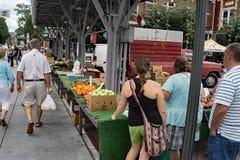 繁忙的星期六在罗阿诺克市农夫市场上 免版税库存照片
