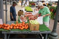 繁忙的星期六在罗阿诺克市农夫市场上 免版税库存图片