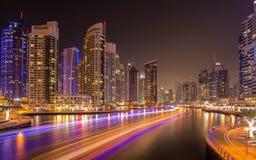 繁忙的晚上在迪拜小游艇船坞,迪拜,阿联酋 免版税库存照片