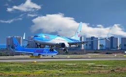繁忙的机场 航行器着陆和离开 库存图片