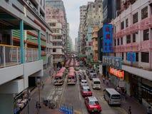 繁忙的桐树崔街道的看法有广告牌的在香港 免版税库存图片