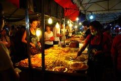 繁忙的泰国夜市场 库存照片