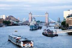 繁忙的泰晤士河在天,伦敦 库存图片