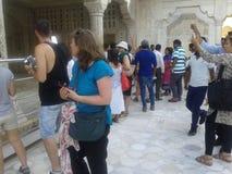 繁忙的游人在泰姬陵印度 免版税库存图片