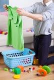繁忙的父亲清洁和做洗衣店 免版税库存图片