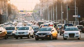 繁忙的独立大道在晚上时间 免版税库存图片