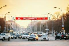 繁忙的独立大道在晚上时间 免版税库存照片