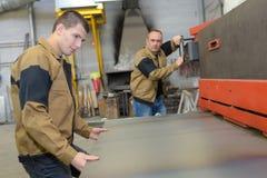 繁忙的男性工厂劳工 免版税库存图片