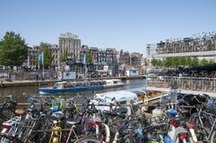 繁忙的自行车停车场在阿姆斯特丹 库存图片