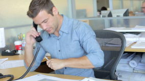 繁忙的设计机构内部与职员工作的 股票录像
