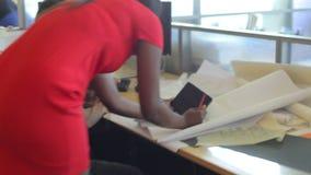 繁忙的设计机构内部与职员工作的 影视素材