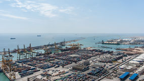繁忙的货物端口 免版税库存照片