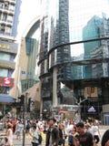 繁忙的购物的街道在旺角,香港 免版税图库摄影