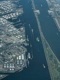 繁忙的运输线在鹿特丹港口 免版税图库摄影