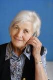 繁忙的高级电话妇女 免版税库存照片
